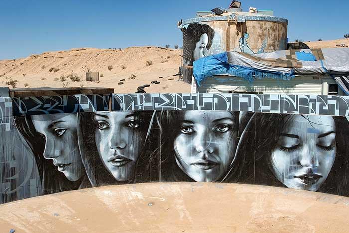 نموذج لجداريات وسط الصحراء