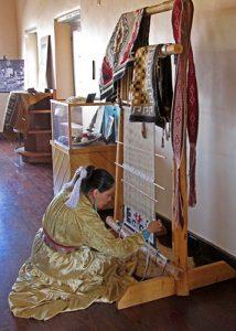Angeline-weaving-at-Painted-Desert-Inn-web